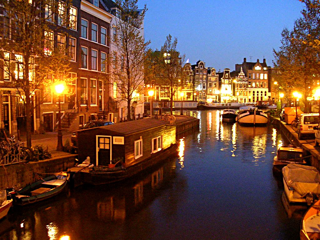 Amsterdam est une ville d'eau quadrillée par un ensemble de canaux