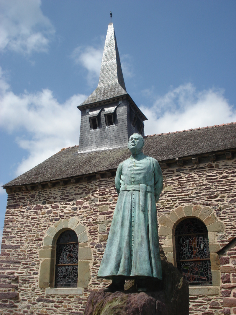 Statue de l'Abbé Henri Gillard devant son église